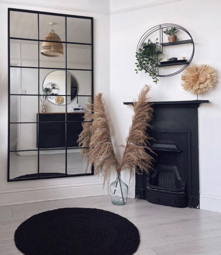 salon pequeño rustico con chimenea