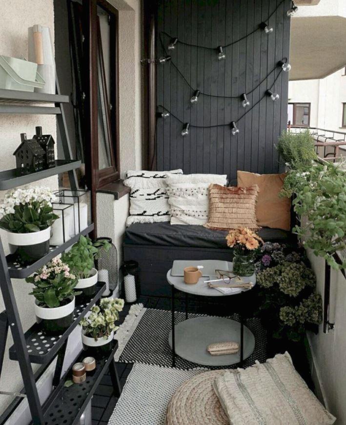 terrazas pequeñas en negro con plantas